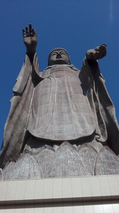 大仏様を見上げる