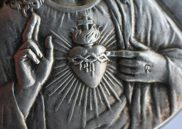 sacred_heart_medaille_details2