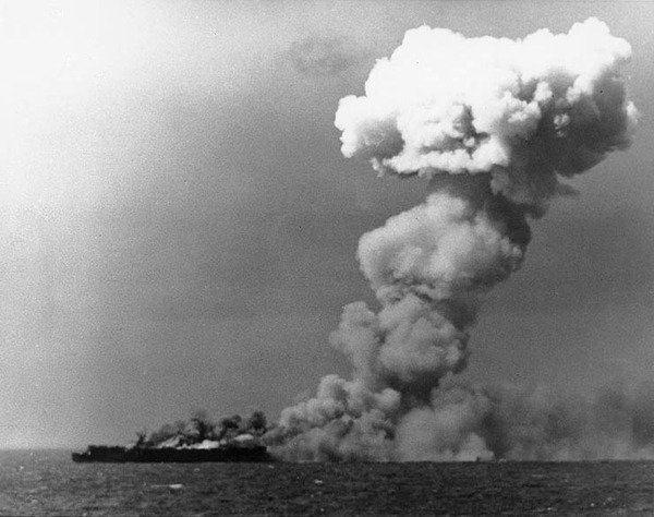 USS_Princeton_(CVL-23)_burning_on_24_October_1944_(80-G-287970)