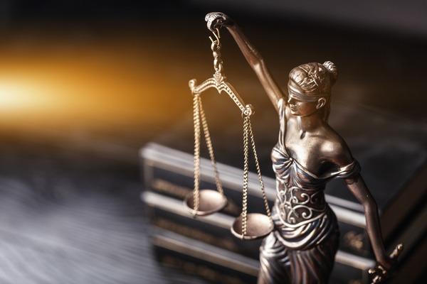 裁判官「親に暴行されまくった娘が親を殺した事件、どんなに頑張っても実刑はずせん…せや!」