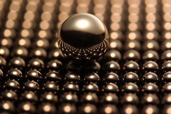 完全な精度100%の球を地面に置いたら、接点の面積は?