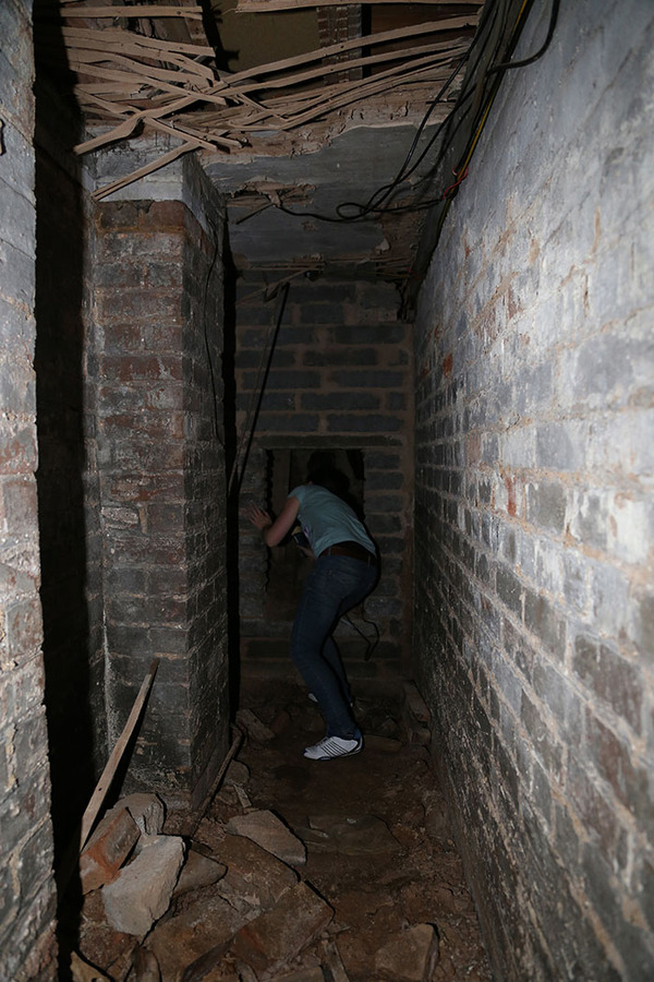man-discovers-secret-dungeon-new-apartment-15-5b8e2c4eed98c__700