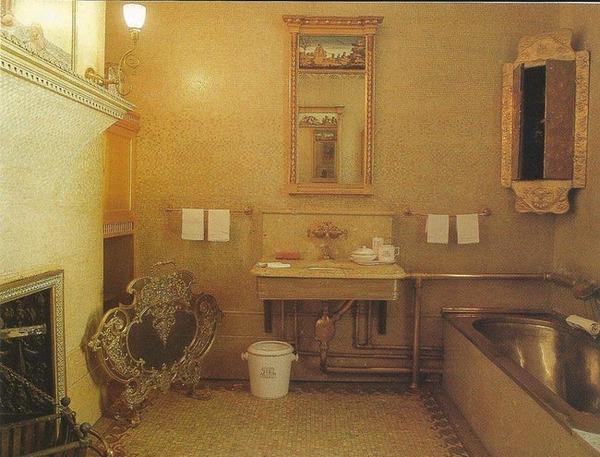 the-garrett-family-had-a-gold-covered-bathroom-photo-u1