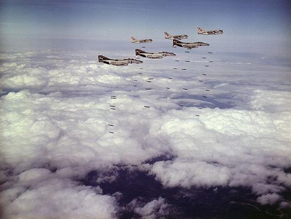 637px-F-4B_VA-86_drop_bombs