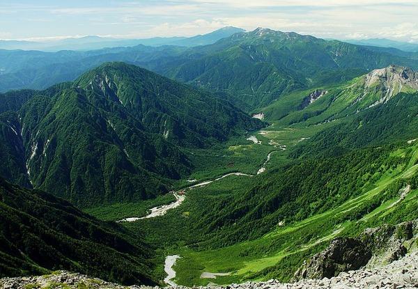 800px-Mount_Kasumizawa_and_Norikura_from_Mount_Hotaka_2002-08-31