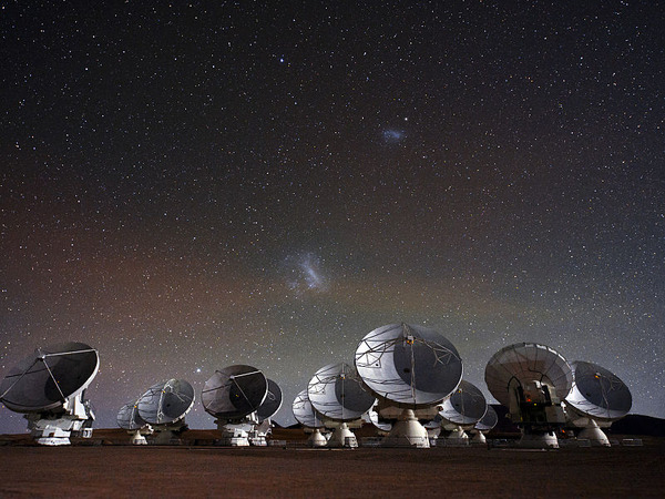 800px-Under_the_Spell_of_the_Magellanic_Clouds_(wallpaper)