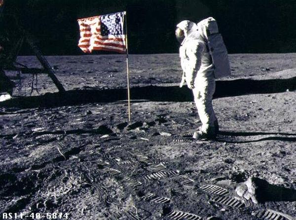 「アポロが月に行ったは嘘」 信じる若者たち