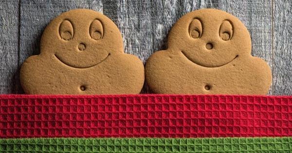 9c-gingerbread-cookies-under-covers-869290834