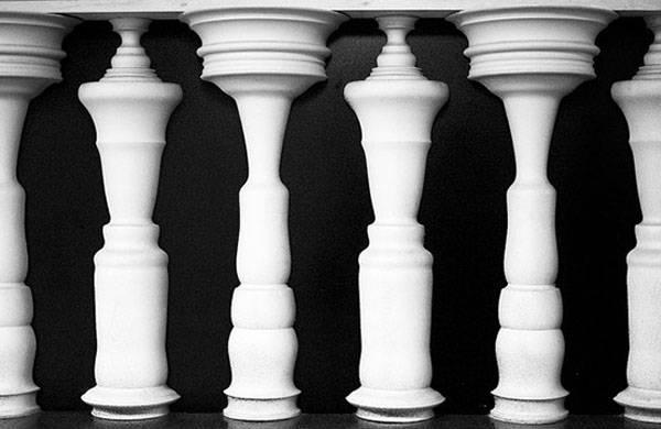 彫刻された柱のだまし絵