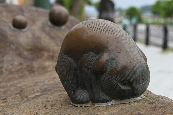 Sakaiminato_Mizuki_Shigeru_Road_Sunekosuri_Statue_1
