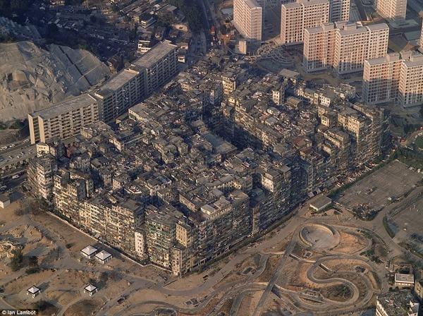 最強の無法地帯「九龍城」の日常を撮った画像がこれ やっぱロマンあるわ