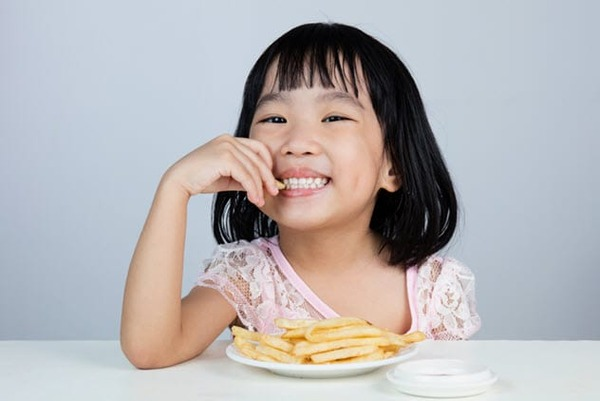 2a-eating-french-fries-599489716