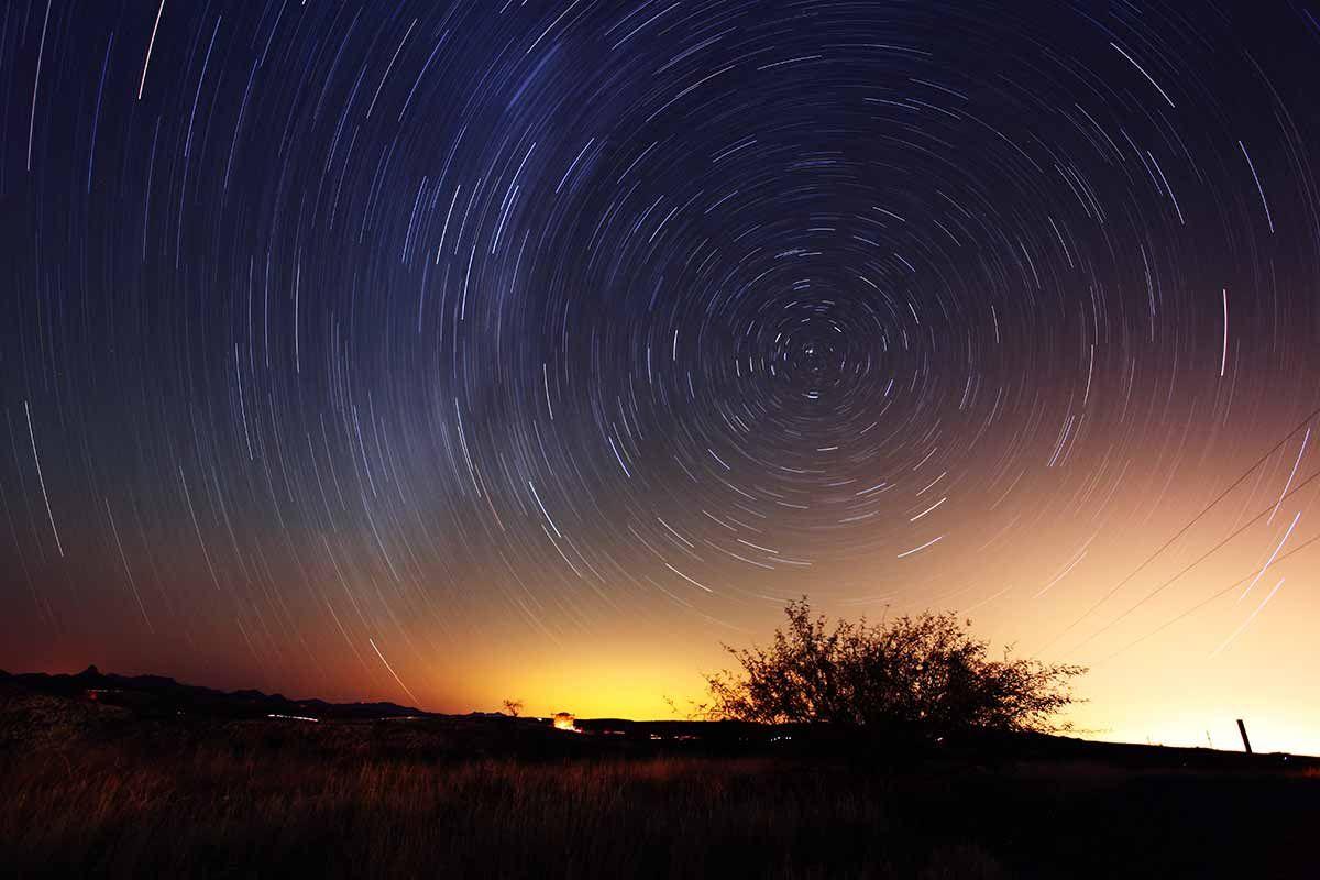 地球はすごい速さで自転と公転感じながら空間を見ると2
