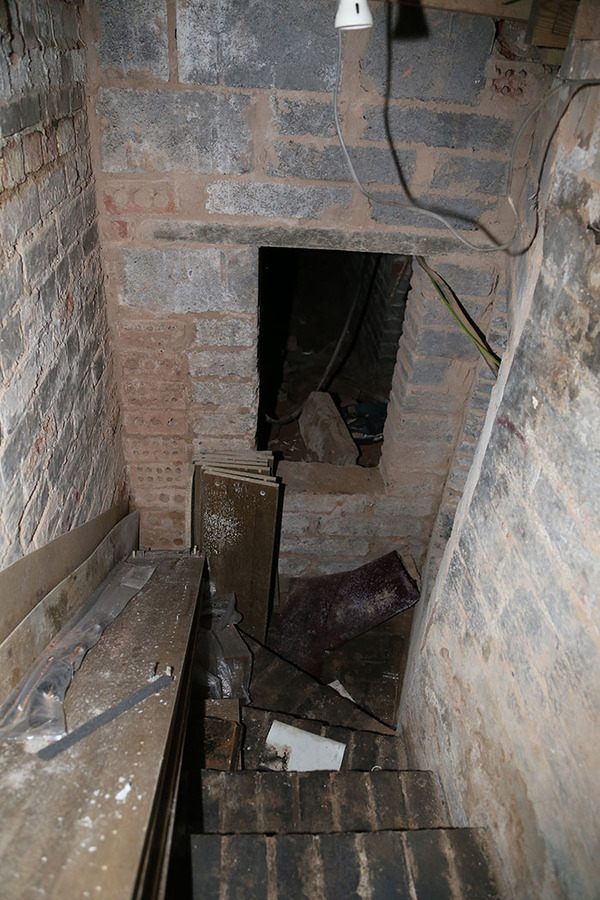 man-discovers-secret-dungeon-new-apartment-12-5b8e2c489bef6__700