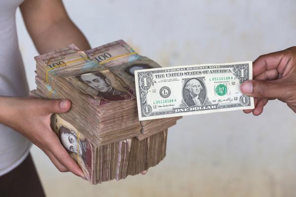 インフレ率169万%のベネズエラ 有り余る札束の行く末がこちら・・・