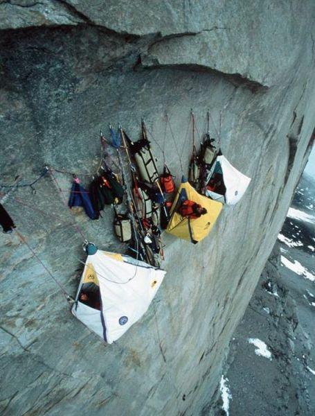 ロッククライミング中にキャンプ