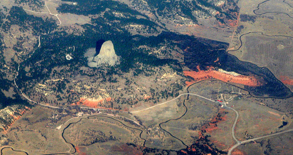 800px-Devils_Tower_aerial