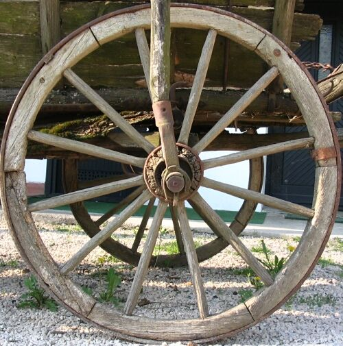 Wheel_of_an_old_horse_carriage