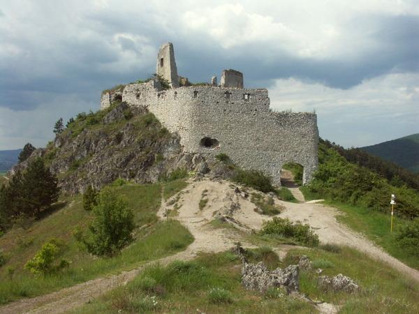 800px-Slovakia_Cachtice_hrad_2