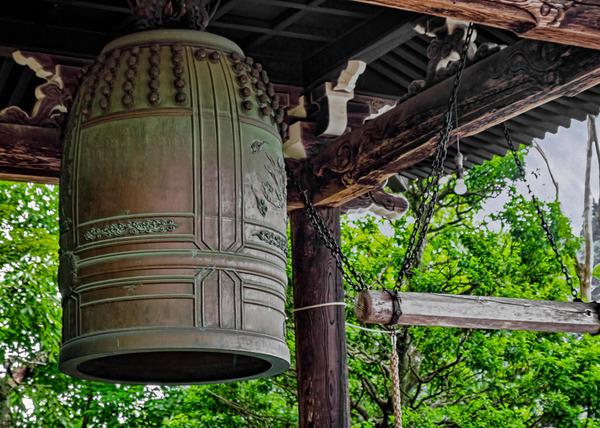 鐘楼の倒壊を防ぐため吊り下げられる戦争遺産「代替梵鐘」が趣深い