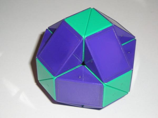 800px-Rubik's_Snake_boule
