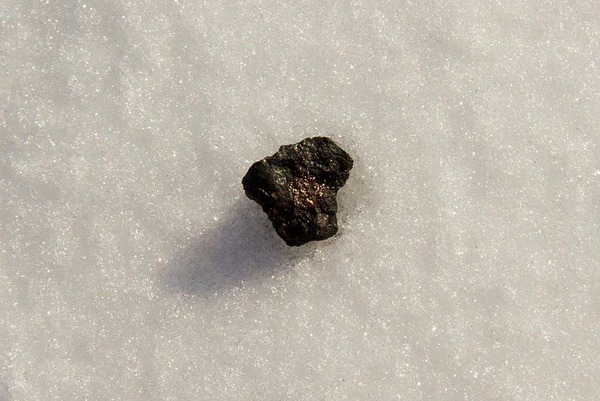 800px-Chebarkul_meteorite_sample_on_lake_ice