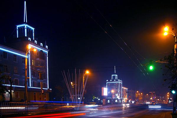 640px-Night_Luhansk_sovetskya_street