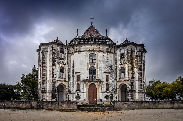 The-decaying-facade-of-an-abandoned-church-in-Portugal