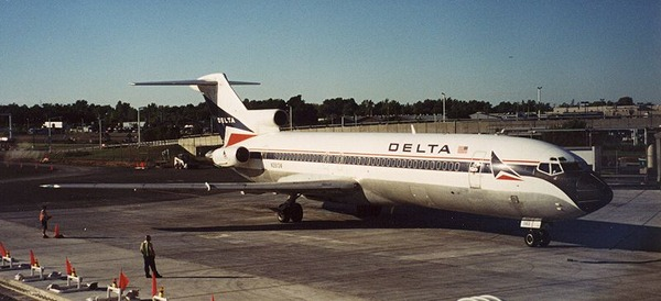 800px-Delta_722_at_Greater_Rochester_International_Airport_2002