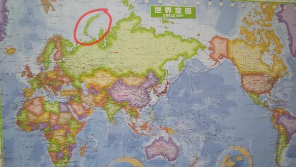 部屋に貼ってる世界地図を見てて気付いたんだけどこの島怖いな