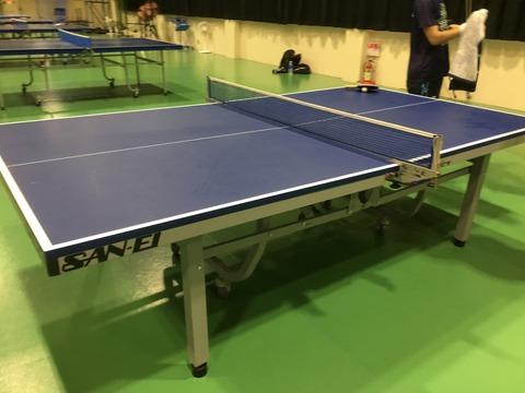 新しい卓球場に、サンエイさんの台買おう笑 新色レジェブルーは、うちの卓球部屋の色と被ってボールが見えなくなりそうなので、この千葉大学さんでも使ってるブルー台が1番