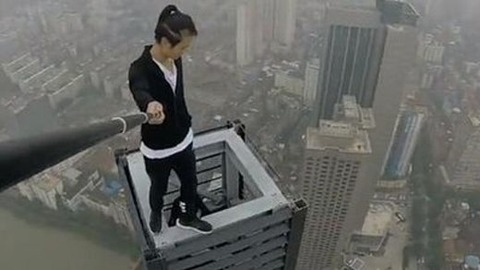 62階建てビルからぶら下がって懸垂していた男性が転落死02
