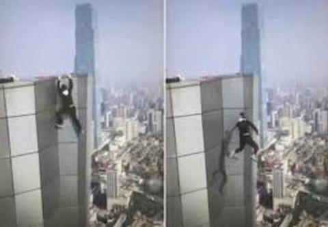 62階建てビルからぶら下がって懸垂していた男性が転落死01
