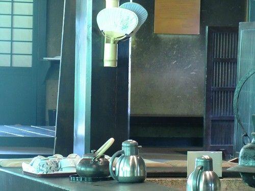 日本一おかき処 播磨屋本店 生野総本店 母屋レストラン〔囲炉裏にセルフのお茶と内輪の用意〕 (7)