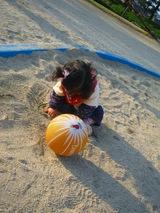 砂遊びに夢中