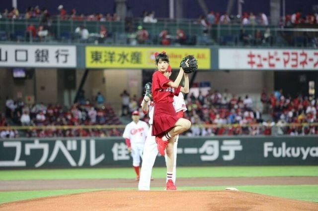 【芸能】高橋ひかるカープ色の真っ赤なミニスカで始球式!ナイスボールです!