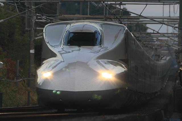 グレーの車体とライトがかっこいい新幹線。