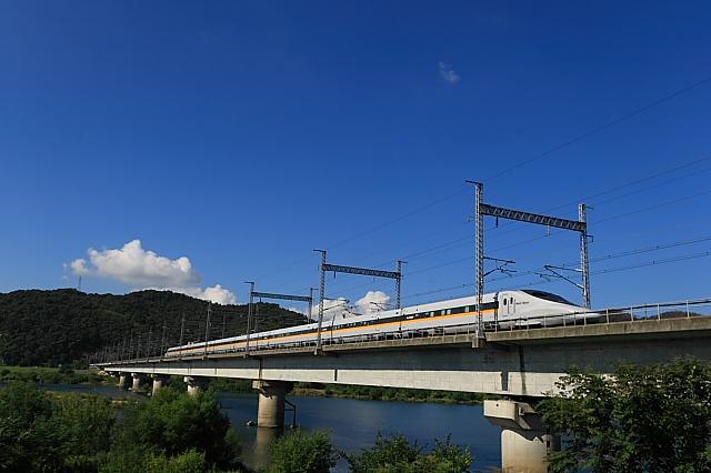 青空の下の新幹線。