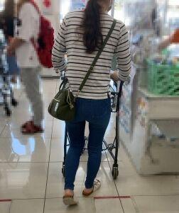 【街撮】ブリケツなピチデニ尻で薄っすらパン線を魅せつけるママさん!