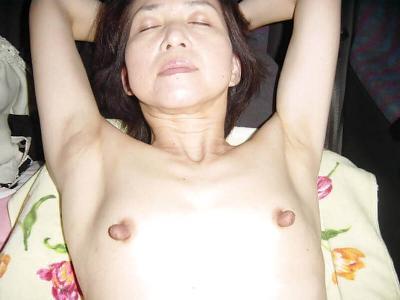 小ぶりな熟女の貧乳エロ画像