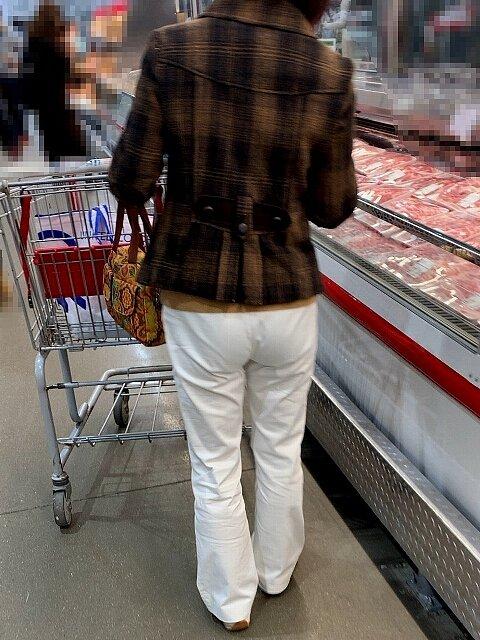 【街撮】白チノで尻丘に透き出るパンティを魅せつける熟女さん!