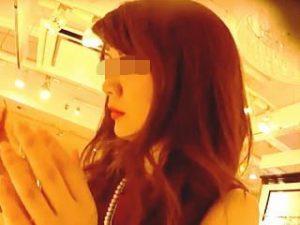 【盗撮動画】ノースリーブワンピの綺麗な店員さんが美尻にパンティ喰い込ませて笑顔で接客♪