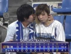 アイドルが野球場でラブラブデートを中継される 本人は知人と説明