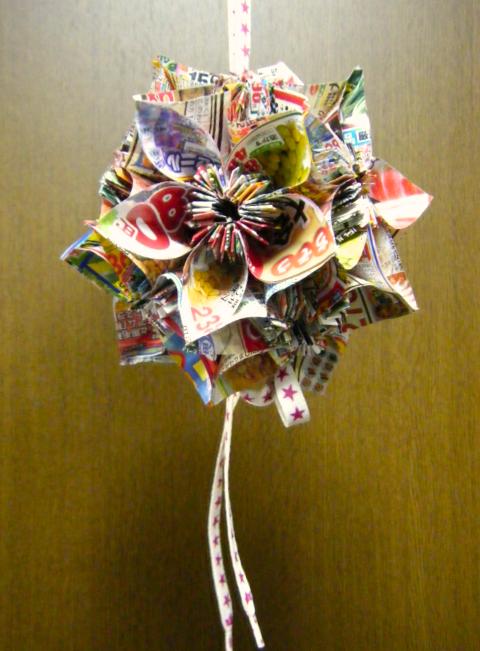 折り紙 チラシで出来た花 ... : 折り紙 ゴミ箱 チラシ : すべての折り紙