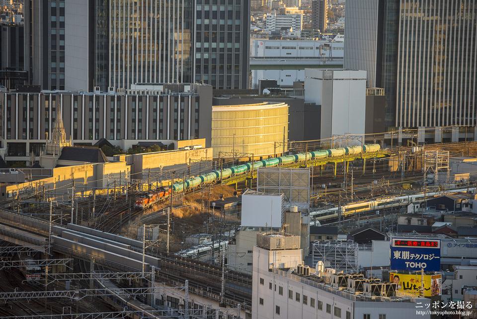 スカイストリートから貨物列車とアーバンライナーを撮影