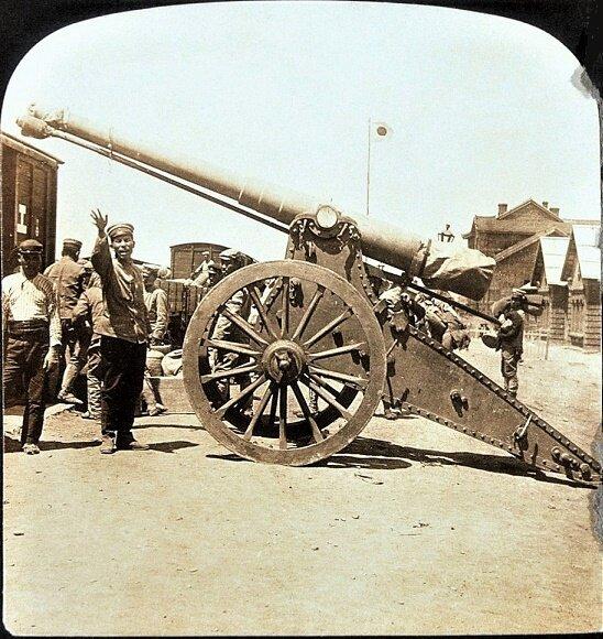 ((((日本兵は、捕獲されたロシアの野砲を最前線に送