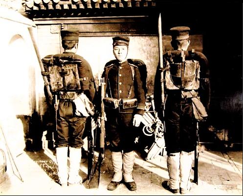 ((中国救援隊に任務中の日本人歩兵