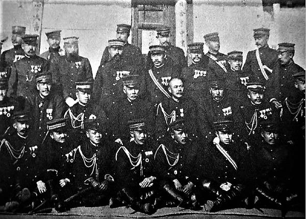 ((第一軍司令部将校軍司令官の黒木為楨と参謀藤井