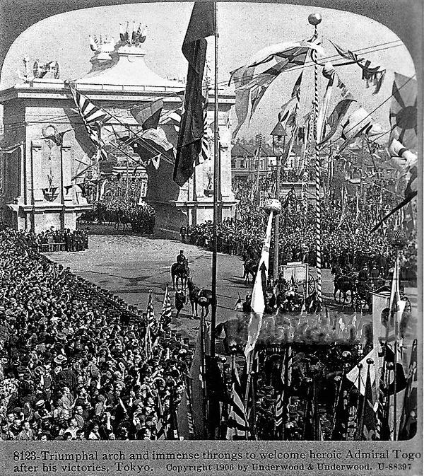 (((祝英雄的な提督トーゴを歓迎するための凱旋門と巨大な群集