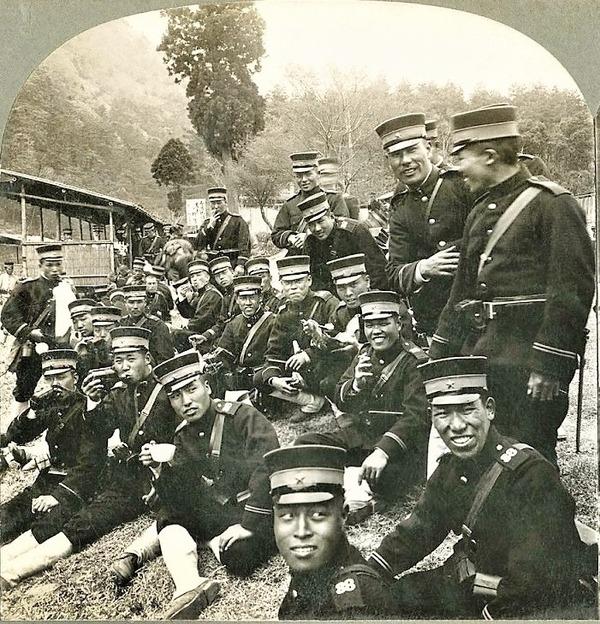 ((正面に向かう米と茶の軍隊の正午の和み